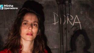 """Cartaz da peça """"Dora"""", com a atriz Sara Antunes em primeiro plano."""
