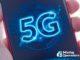 """Pessoa segurando um celular com a palavra """"5G"""" escrita na tela."""