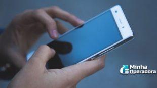 Pessoa utilizando o celular.
