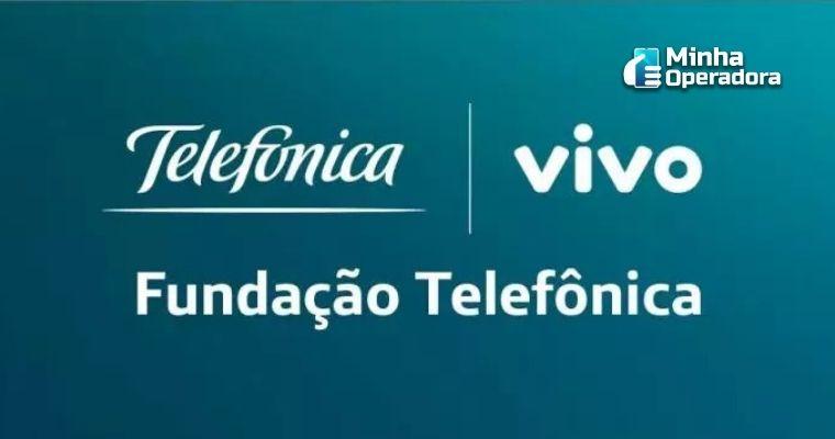 Logotipo da Fundação Telefônica Vivo em branco , com um fundo verde