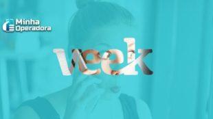 Imagem de uma mulher atendendo celular por trás de um fundo azul com o logotipo da Veek.