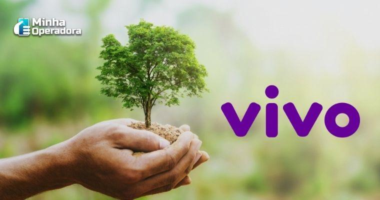 Mão segurando uma pequena árvore e o logotipo da Vivo ao lado.