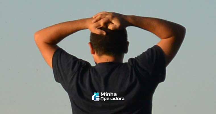 Homem reagindo ao processo contra a IPTV pirata. Ilustração PxHere