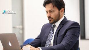 Ministro das Comunicações, Fábio Faria sentado usando o notebook