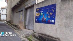 Publicidade da TIM no muro de uma casa.