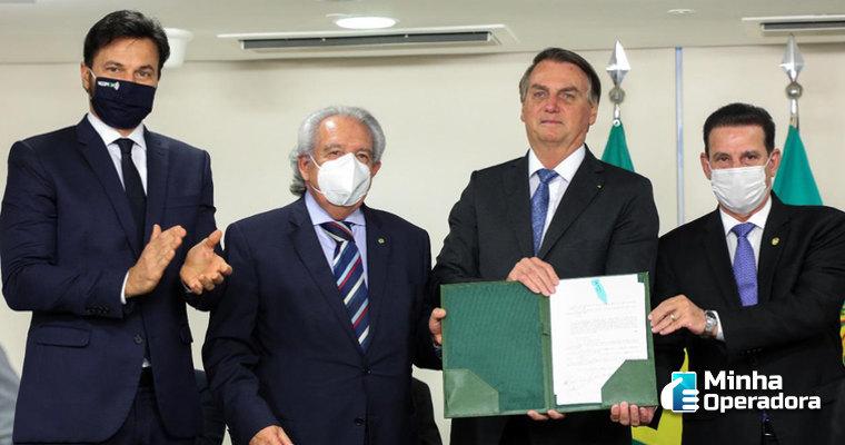 Bolsonaro sanciona lei que amplia conectividade em áreas rurais