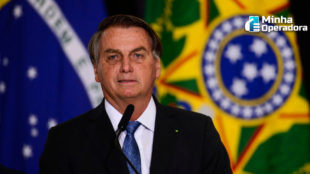 Bolsonaro aciona STF para barrar lei que leva internet para estudantes