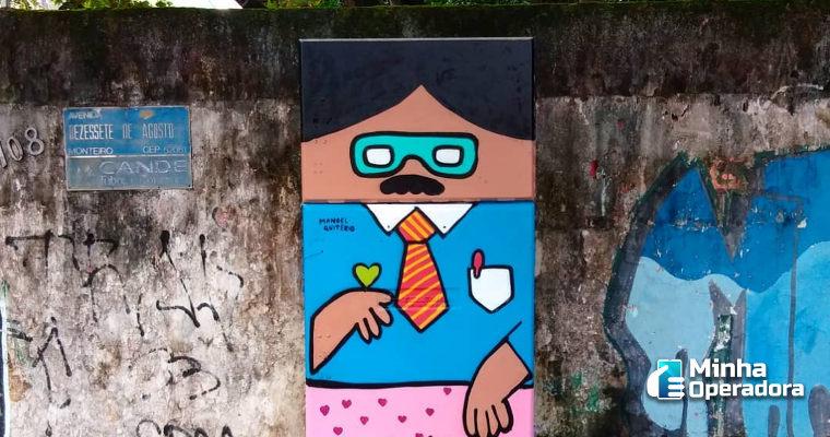 Caixas de telefonia ganham cores e personagens nas mãos de artista plástico